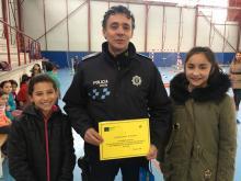Finalizadas las 3º Jornadas de Educación Vial, las delegadas de 6º de primaria en representación de todos los alumnos hacen entrega de un diploma de agradecimiento a la Policía Local de Pantoja